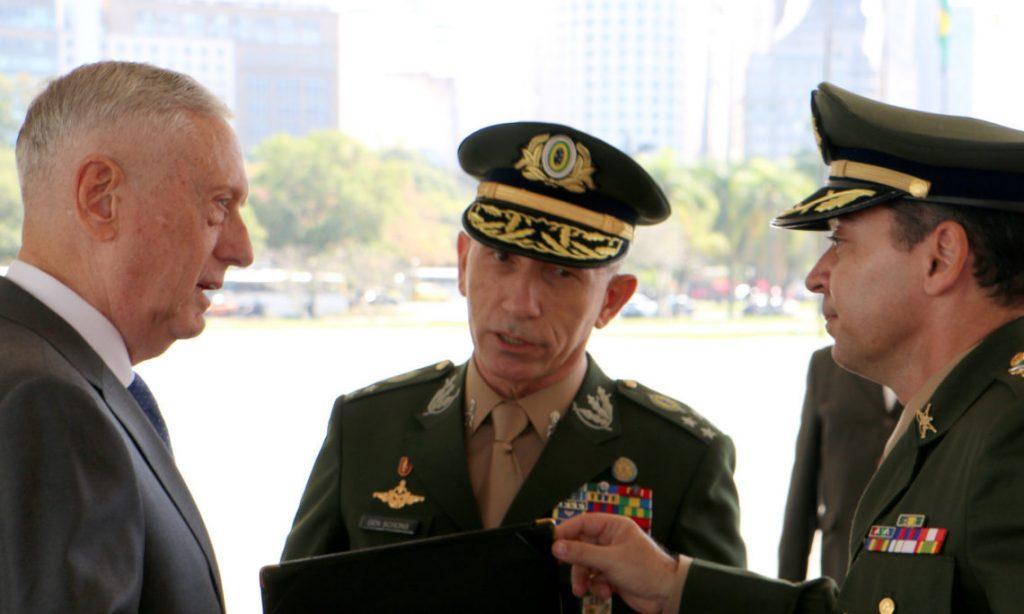 """Докато гостуваше на бразилски военни през август м.г., тогавашният шеф на Пентагона Джеймс Матис (вляво) ги предупреди, че страната им трябва да се готви за """"решаваща роля по кризата във Венесуела"""". Снимка: US Embassy in Brasil"""