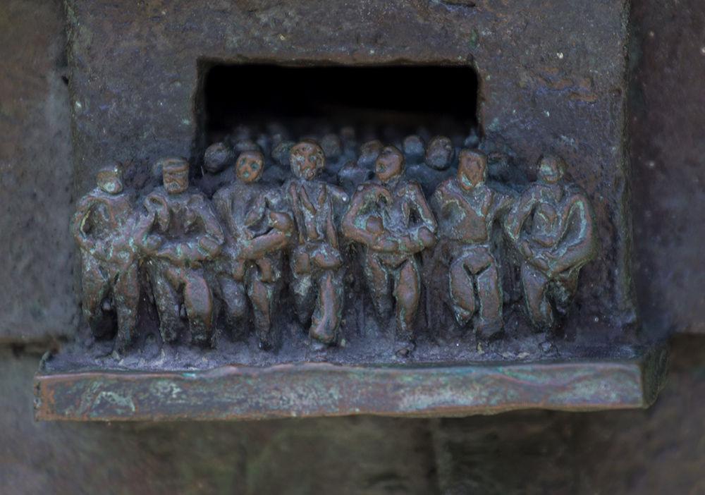Детайл от паметника–от катарамата на Че излиза човешко множество, символизиращо силите на революцията.