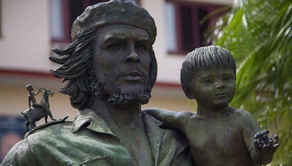 На рамото на Че има дете, яхнало коза–една от многото закачки на скулптора със зрителя.