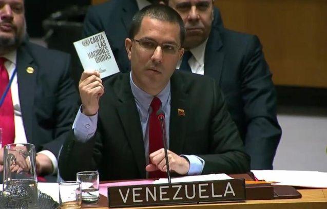 Външният министър на Венсуела Хорхе Ареаса размаха Устава на ООН по време на заседанието на Съвета за сигурност на световната организация миналата седмица. Той настоя, че Съединените щати да тези, които трябва да отговарят за потъпкване на Устава, за намеса във вътрешните работи на суверенна държава и за подтикване на венесуелската армия към държавен преврат. Снимка: El Pais
