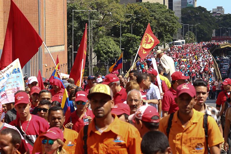 Разгневени от американските посегателства работници от държавната петролна компания PDVSA преминаха в шествие из улиците на Каракас. Снимка: minci.gob.ve