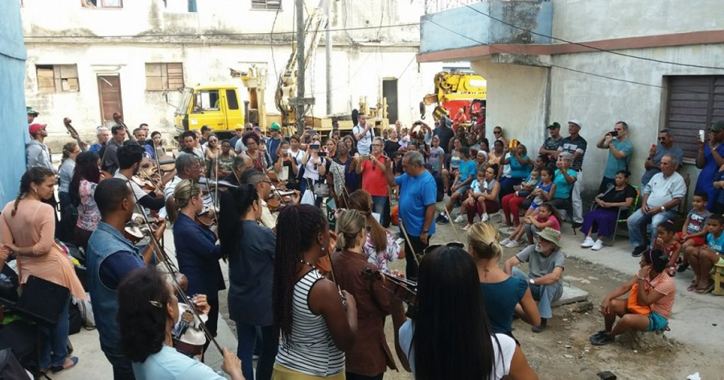 Изпълнители от Националния симфоничен оркестър свирят сред пострадали от торнадото, за да им повдигнат духа. Снимка: cibercuba