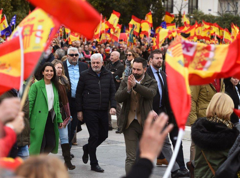 """Макар това никак да не се искаше на Пабло Касадо (Народна партия) и на Алберт Ривера (""""Сюдаданос""""), ключова фигура на днешния митинг на обединената десница на площад """"Колон"""" в Мадрид се оказа лидерът на ултрадясната Vox Сантяго Абаскал (в центъра на снимката, с вдигнати напред ръце). Снимка: EFE"""