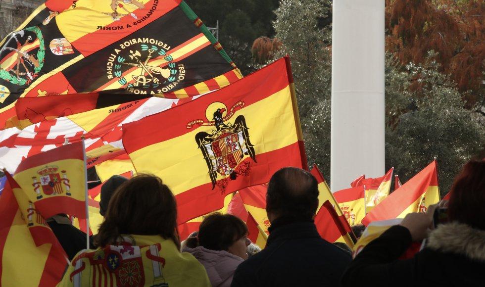 Сред множеството, както редовно става на такива прояви, се вееха и франкистки знамена. Снимка: EFE