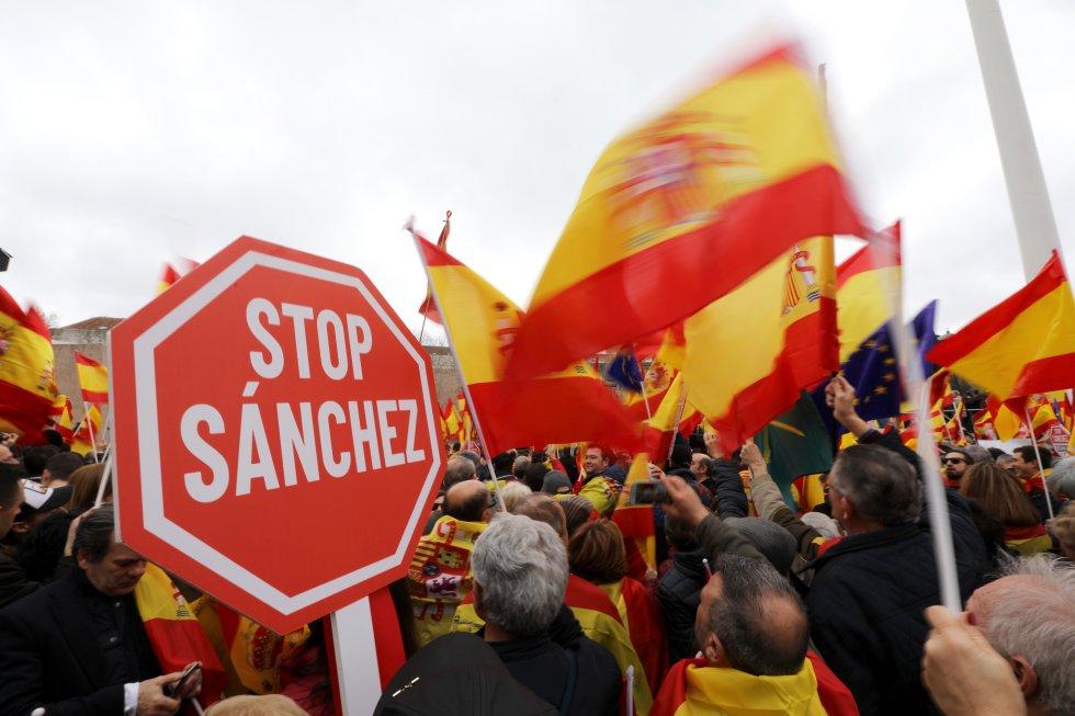 """Знак """"Стоп"""" за премиера Санчес бе размахван от много от демонстрантите. Сничка: EFE"""