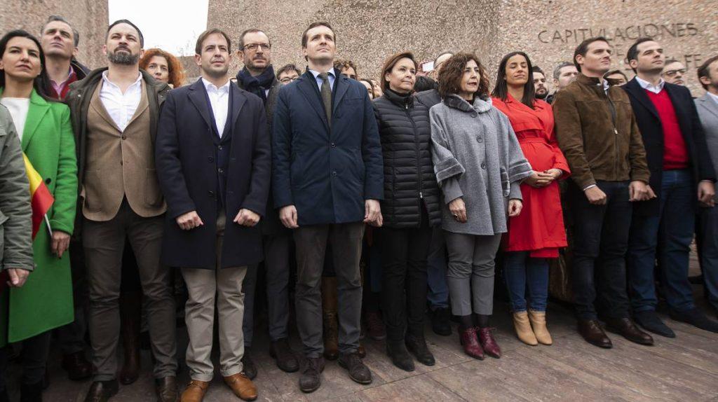 """Прословутата """"семейна снимка"""" на митинга, когато в обща редичка се строиха ултрадесният Сантяго Абаскал от Vox (вторият отляво на преден план), Пабло Касадо от Народната партия (четвъртият отляво) и Алберта Ривера от """"Сюдаданос"""" (вторият отдясно). Снимка: EFE"""