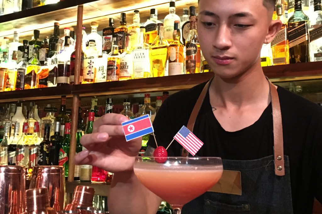 Коктейлите със забодени знаменца на САЩ и КНДР са хит из заведенията в Ханой тези дни. Снимка: newsbook