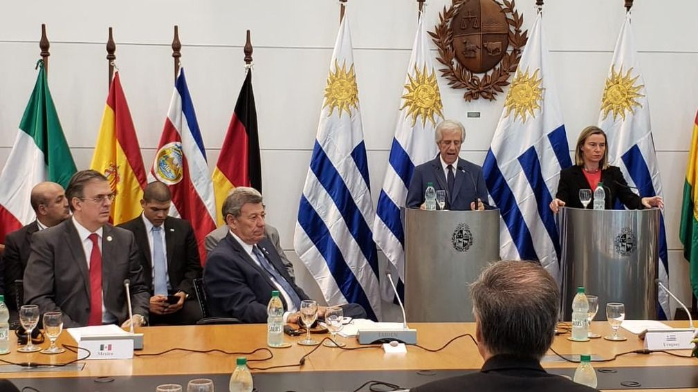 При откриването на конференцията в Монтевидео на трибуните застанаха президентът на Уругвай Табаре Васкес и представителката на ЕС Федерика Могерини. Снимка: Туитър