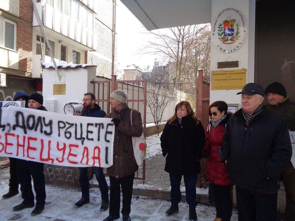 Н. Пр. Ориета Капони (в средата) излезе от посолството, за да поздрави участниците в митинга. Снимка: Къдринка Къдринова