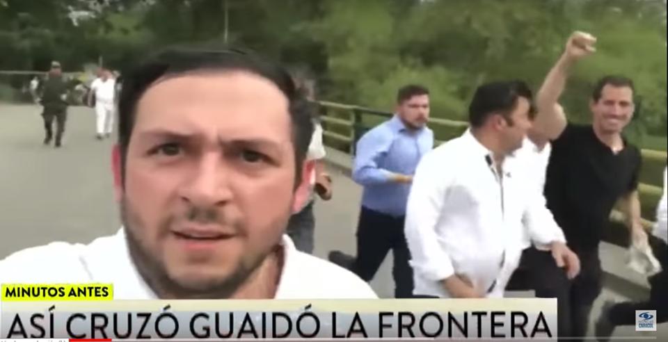 Стоп-кадър от видеото, на което е заснето как Гуайдо (с черна тениска на заден план) тича със съмишленици през някакъв мост и се радва, че е избягал от Венесуела.