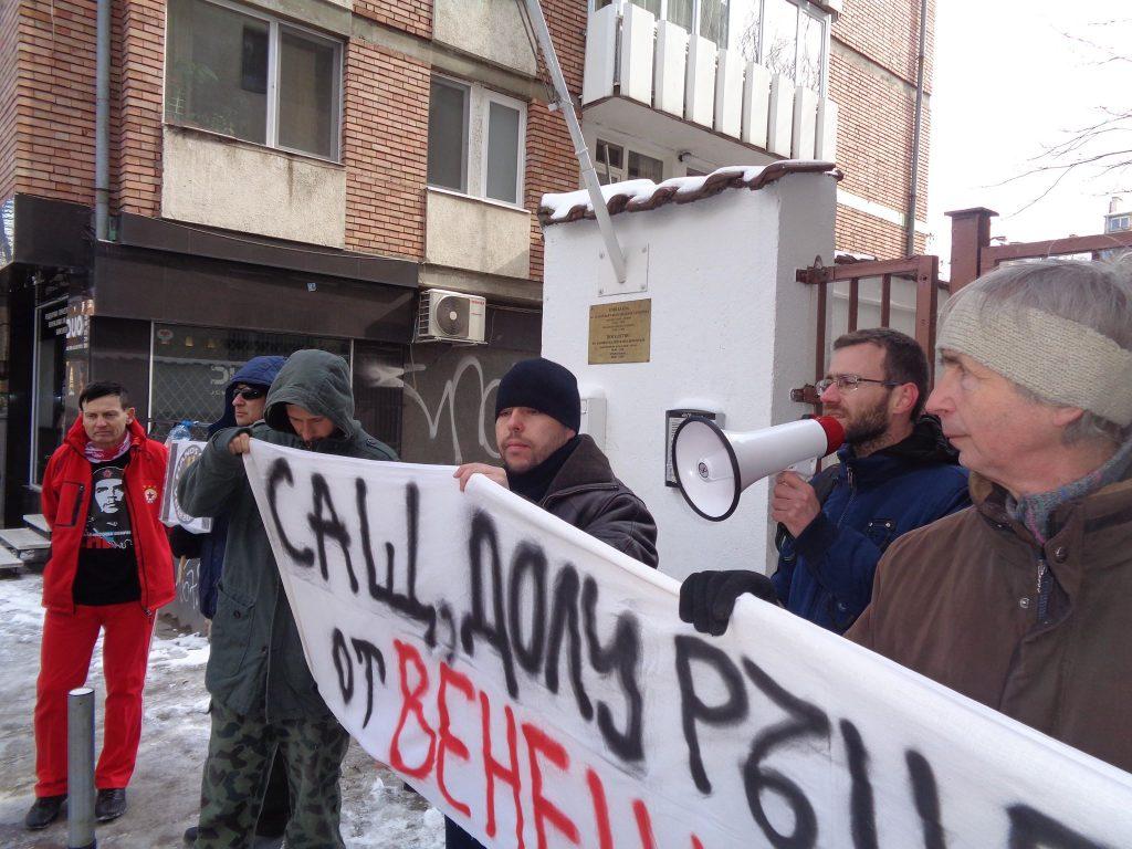 Александър Николов (с мегафона) призова светът да се солидаризира с Венесуела и да настои за прекратяване на всички войни, донесли само жертви и беди. Снимка: Къдринка Къдринова