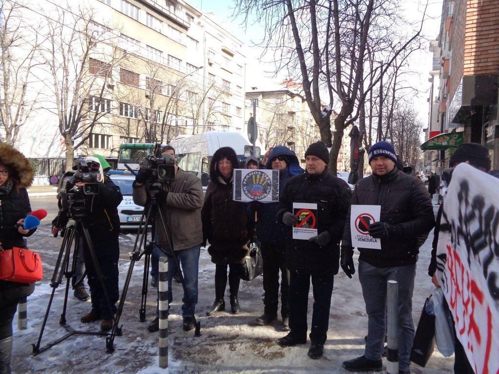 Проявата, която събре и доста медии, прегради тротоара пред посолството. Снимка: Къдринка Къдринова