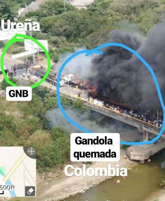 """Обща панорама към моста, на който хвърлящи коктейли """"Молотов"""" демонстранти подпалват камион с американска """"хуманитарна помощ"""" от конвоя, който бе спрян на венесуелската граница от части на Боливарската национална гвардия. Снимка: Фейсбук"""