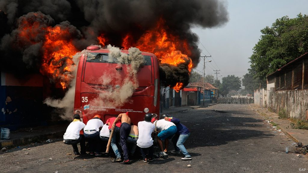 Снимката с автобуса от Туитъра на Майк Помпео