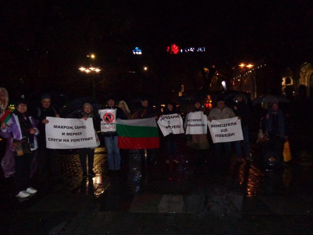 """В дъждовната вечер на 31 януари на площад """"Света Неделя"""" в София имаше протест срещу намесата във вътрешните работи на Венесуела. Снимка: Къдринка Къдринова"""
