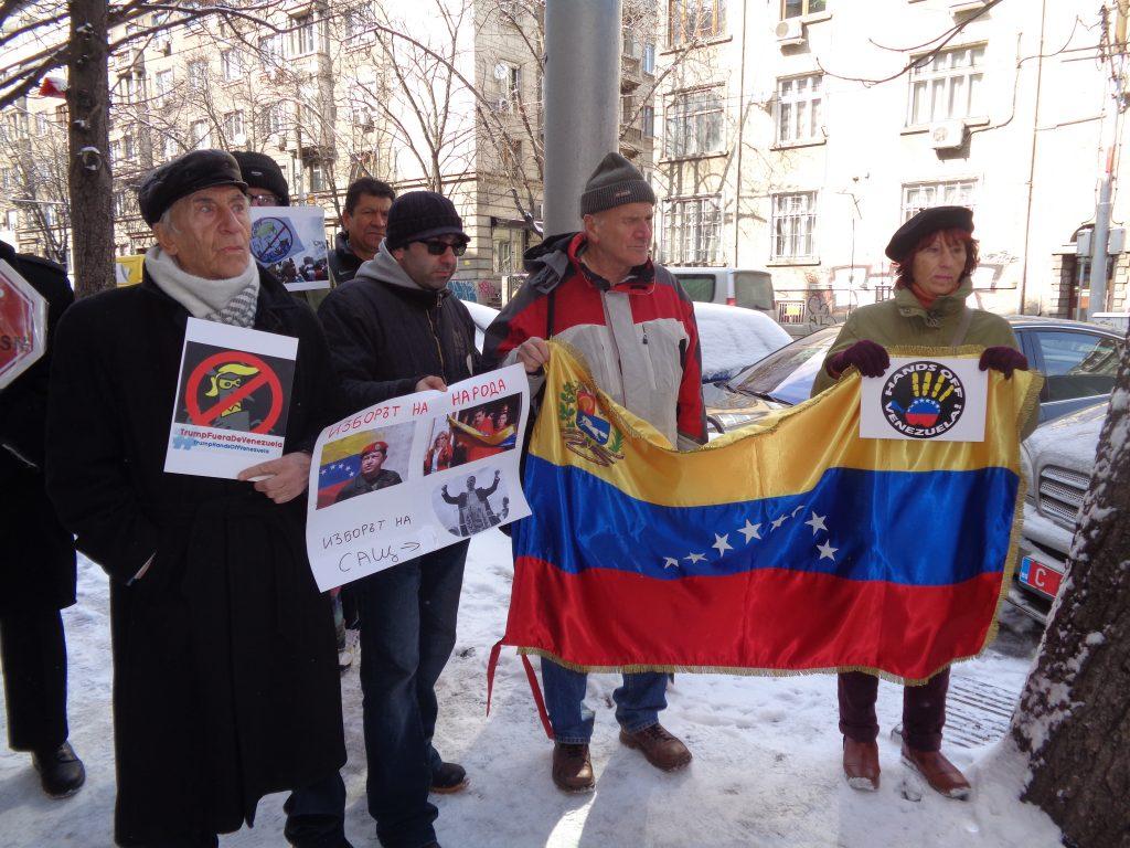 Сред участниците в проявата за солидарност бе разгърнато и венесуелското знаме. Снимка: Къдринка Къдринова
