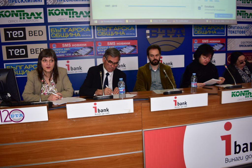 Къдринка Къдринова (крайната вляво) по време на изказването си. Снимка: Мари Къналян