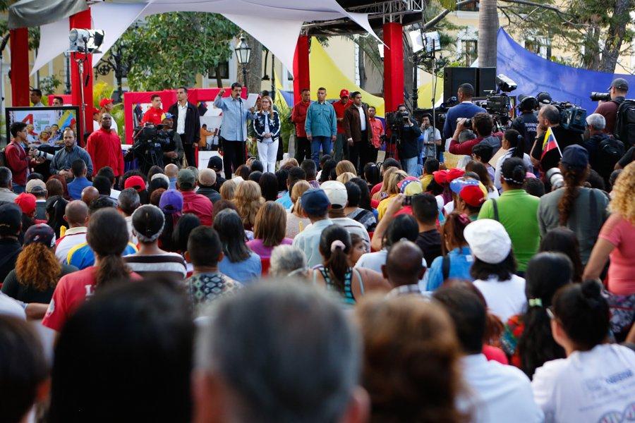 """На митинг на централния площад """"Боливар"""" в Каракас на 7 февруари президентът Николас Мадуро призова към всенародна подписка против агресията срещу Венесуела. Сничка: TeleSur"""