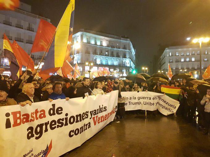 """Митинг за солидарност с Венесуела се състоя и на централния площад """"Пуерта дел Сол"""" в Мадрид. Снимка: albaciudad"""