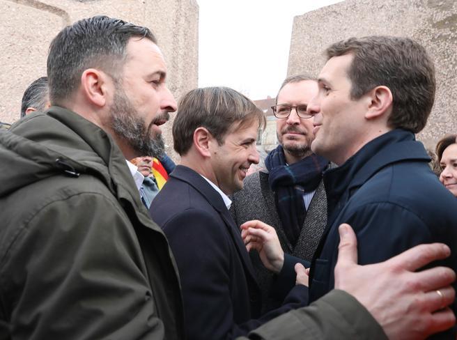"""Лидерът на Vox Сантяго Абаскал (вляво) приветства водача на Народната партия Пабло Касадо (вдясно) на митинга на площад """"Колон"""" в Мадрид на 10 февруари. Снимка: La Vanguardia"""