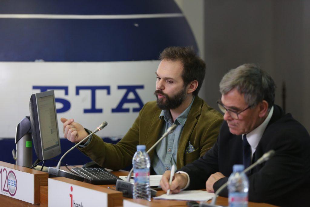 Александър Сивилов (вляво) по време на изказването си