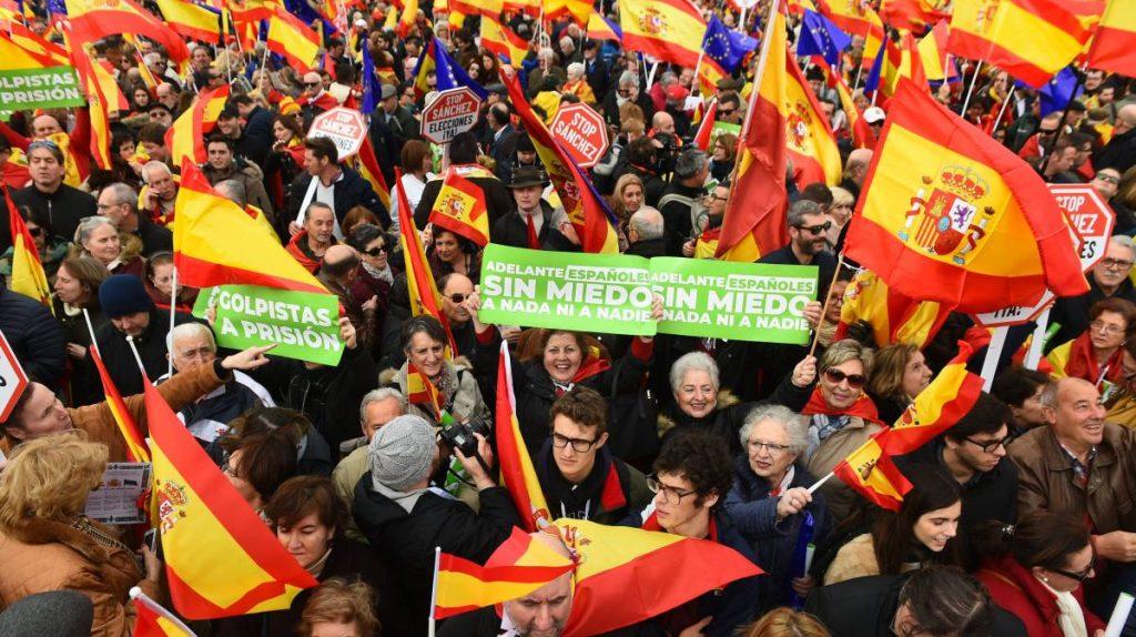 """Участници в общата демонстрация на десницата на площад """"Колон"""" в Мадрид. Снимка: EFE"""