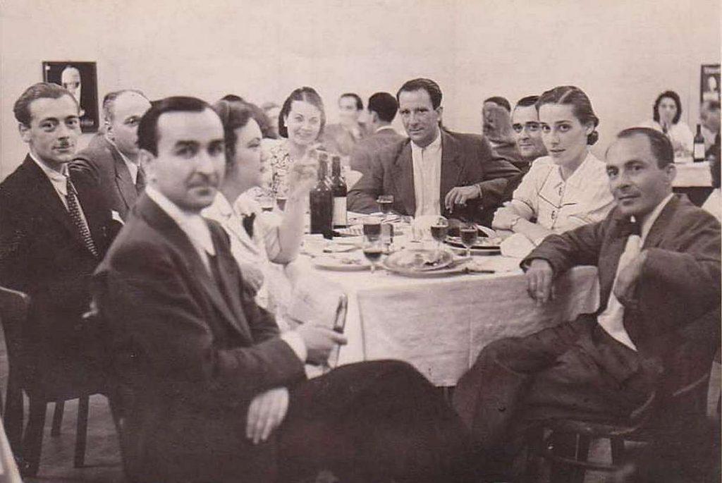 Вечеря на Матвей Вълев с приятели през 1942-ра година. В ляво от него е Елисавета Багряна, а в ляво и отпред, Петър Увалиев