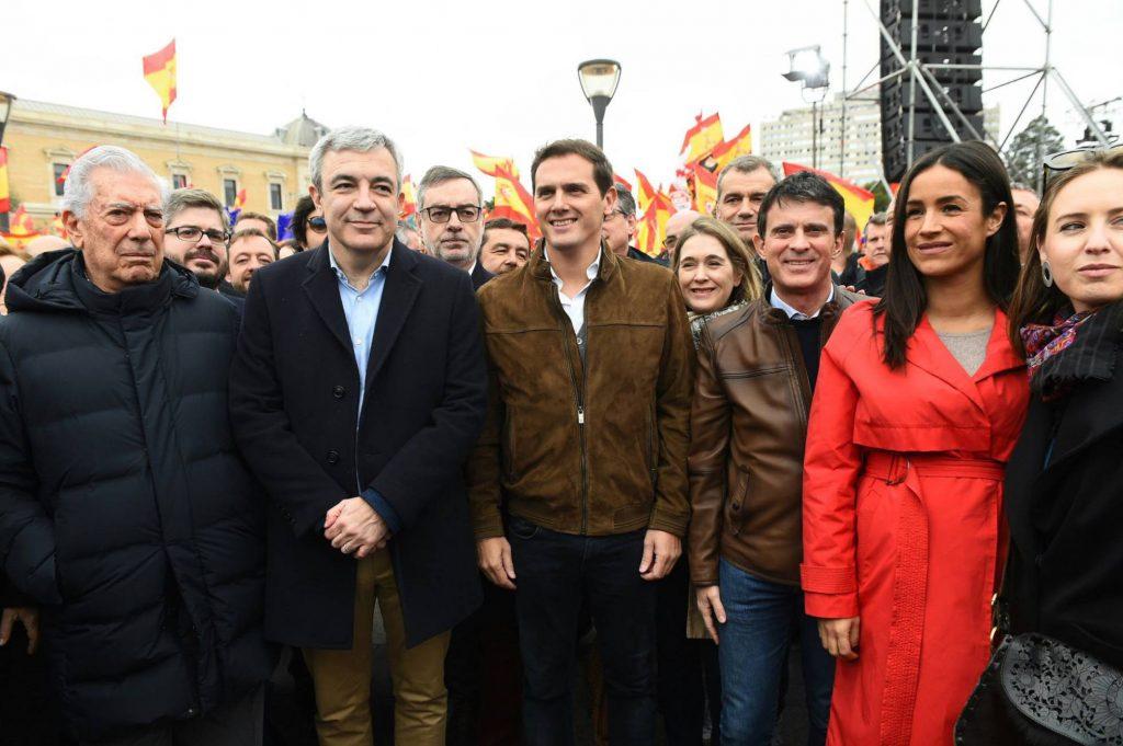 """До Алберт Ривера от """"Сюдаданос"""" (третият отляво на преден план) бе и Мануел Валс, кандидат на партията за кмет на Барселона (третият отдясно). В същата редичка наред с други дейци от формацията бе и писателят Марио Варгас Льоса (крайният вляво). Снимка: Twitter"""