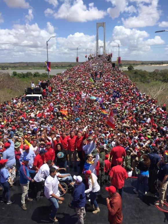 Чависткият митинг от 20 февруари край моста Ангостура до границата с Бразилия. Снимка: Cubadebate