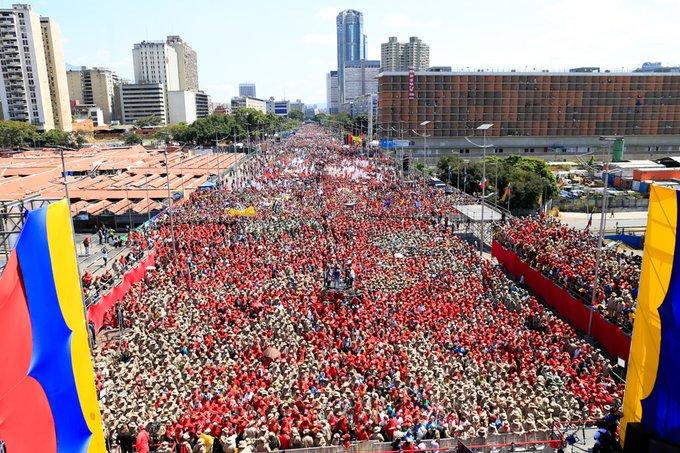 """Изглед към изпълнения с чависти булевард """"Боливар"""" в Каракас по време на митинга на 2 февруари. Снимка: albaciudad"""