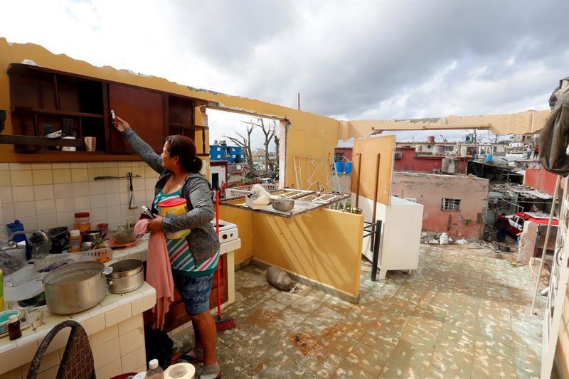Някои упорито държат да останат в домовете си, макар от тях да са останали само стените. Снимка: Cubadebate