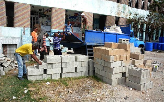Вече започват да идват и материалите за възстановяване. Снимка: Juventud Rebelde