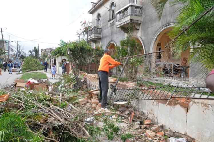 Всеки разчиства каквото може. Снимка: Prensa Latina