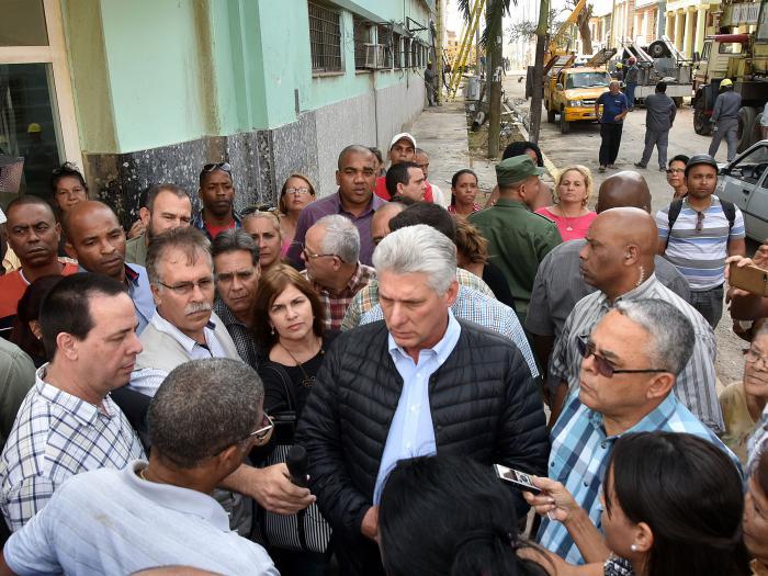 Президентът на Куба Мигел Диас-Канел сред жители на един от засегнатите квартали. Снимка: Juventud Rebelde