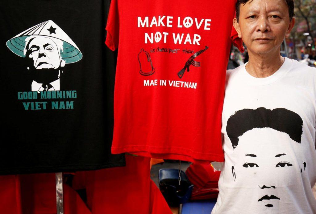 """""""Правете любов, а не война"""" е хитовият надпис на харчените сега в Ханой като топъл хляб тениски, посветени на срещата между Тлъмп и Ким. Ликовете на двамата лидери също са навсякъде. Снимка: newsbook"""