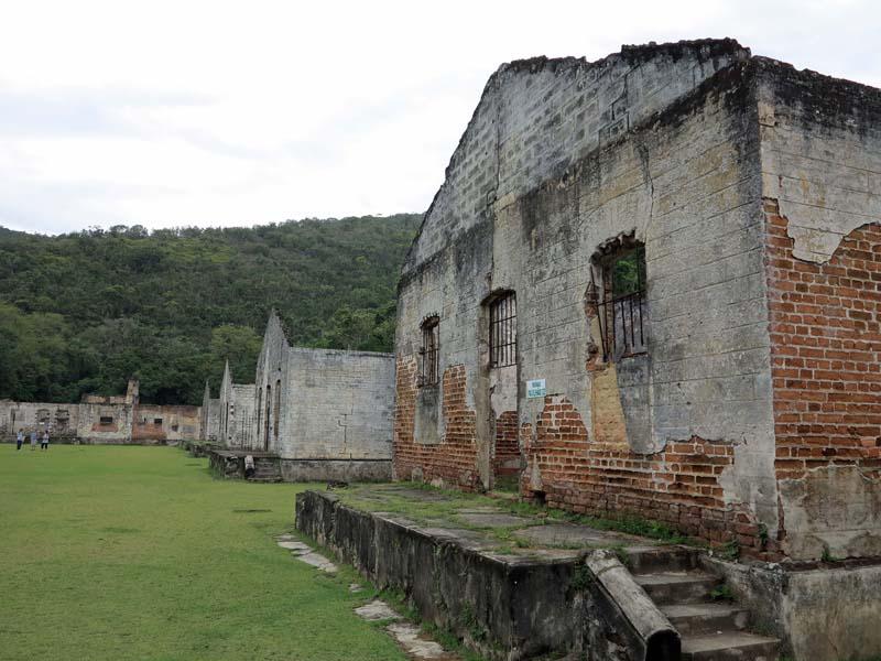 """Руините на постройки от остров Аншиета, в които през 1926-та са били """"подслонени"""" бесарабските семейства"""