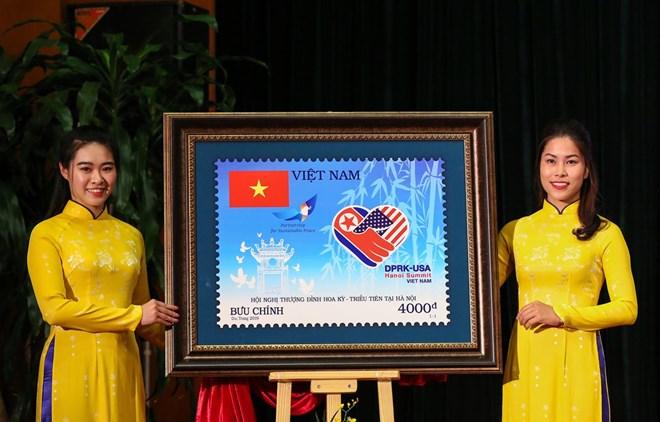 В Ханой беше представена специална юбилейна марка, посветена на срещата Тръмп-Ким. Снимка: VNA