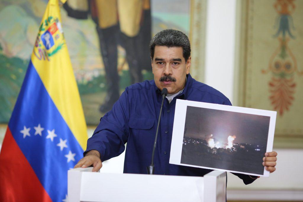 Николас Мадуро показва пред медиите снимки на взривове на трафопостове по време на изявленията си а..на 11 варт. Снимка: albaciudad