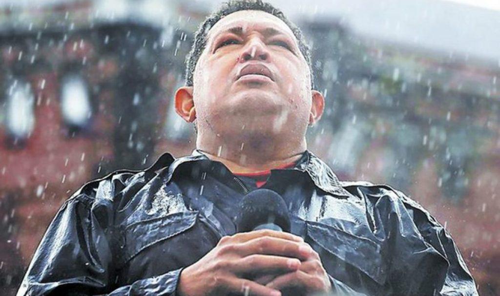 Една от най-емблематичните последни снимки на Чавес–тук държи реч под проливен дъжд на финала на предизборната кампания през ноември 2012 г., която му донесе последната президентска победа. Снимка: Хорхе Силва