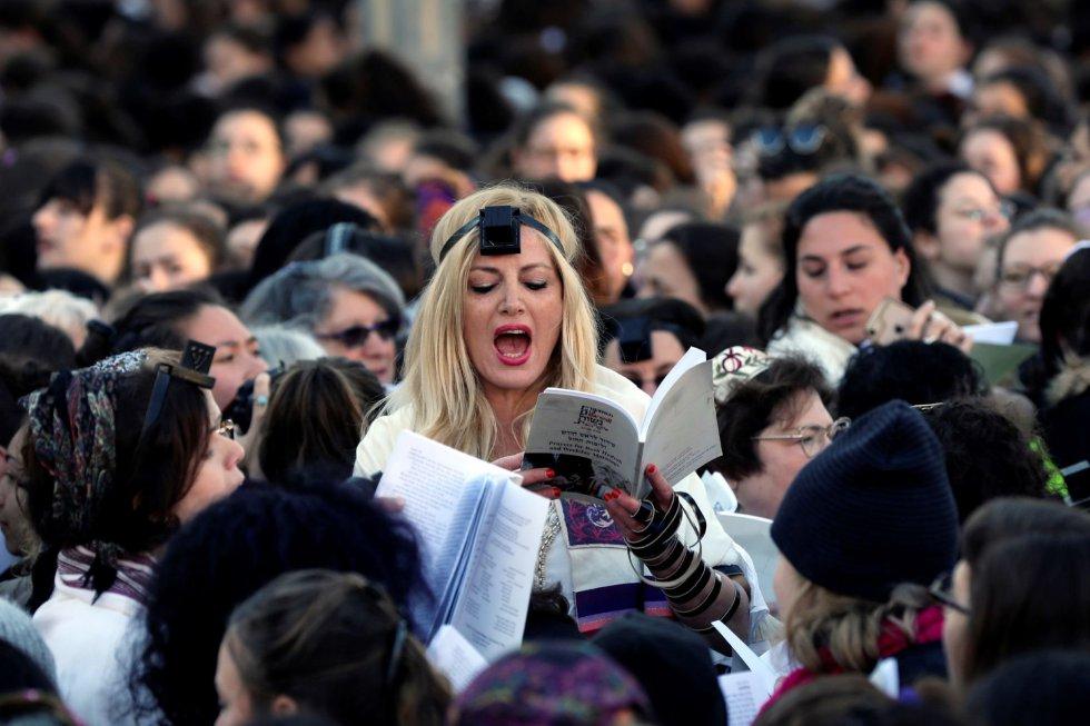 Необичайна демонстрация имаше в Йерусалим–там създадено още преди 30 г. израелско женско движение, изискващо жените да имат право да се молят край Стената на плача наравно с мъжете, отново повдигна въпроса на масова проява. Участничките обаче бяха бити от ортодоксални юдаисти. Снимка: EFE