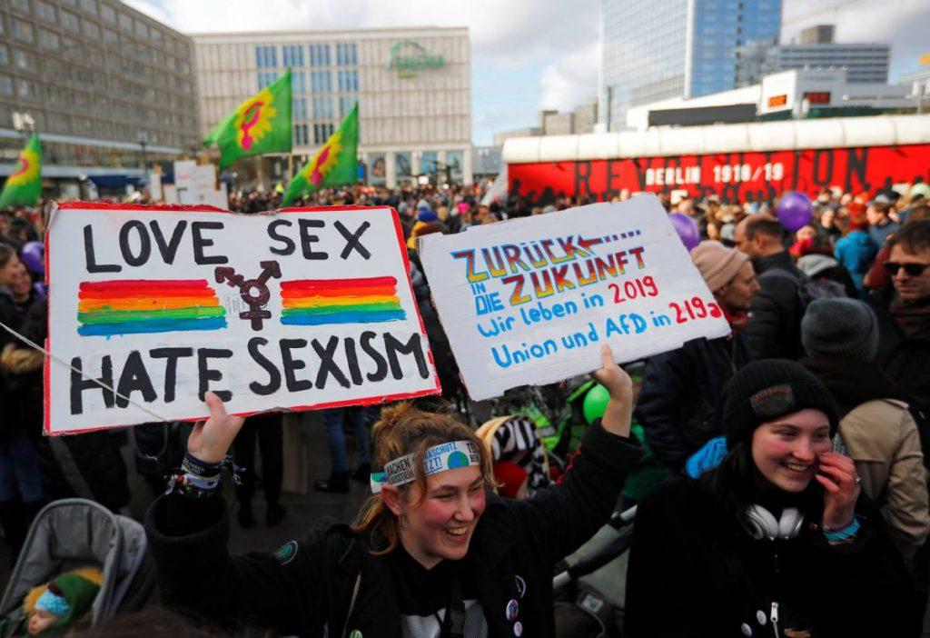 """Момент от феминистката демонстрация в Берлин на 8 март. Шествието бе подкрепено от управата на града, който се ръководи от коалиция между социалдемократите, партия """"Левицата"""" и зелените. Снимка: El Pais"""