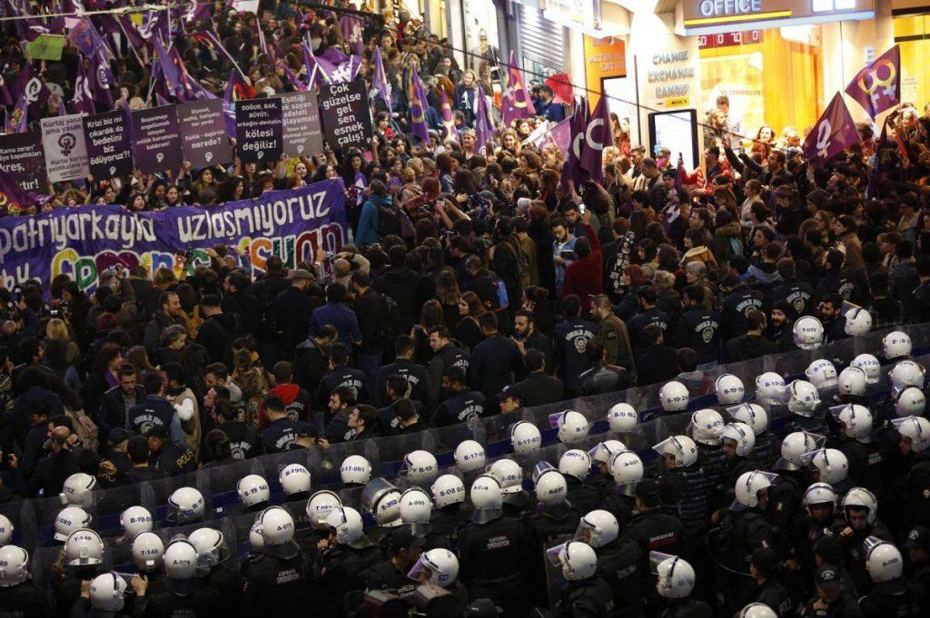 Полицейски кордон прегради пътя на осмомартенското шествие в Истанбул. Снимка: El Pais