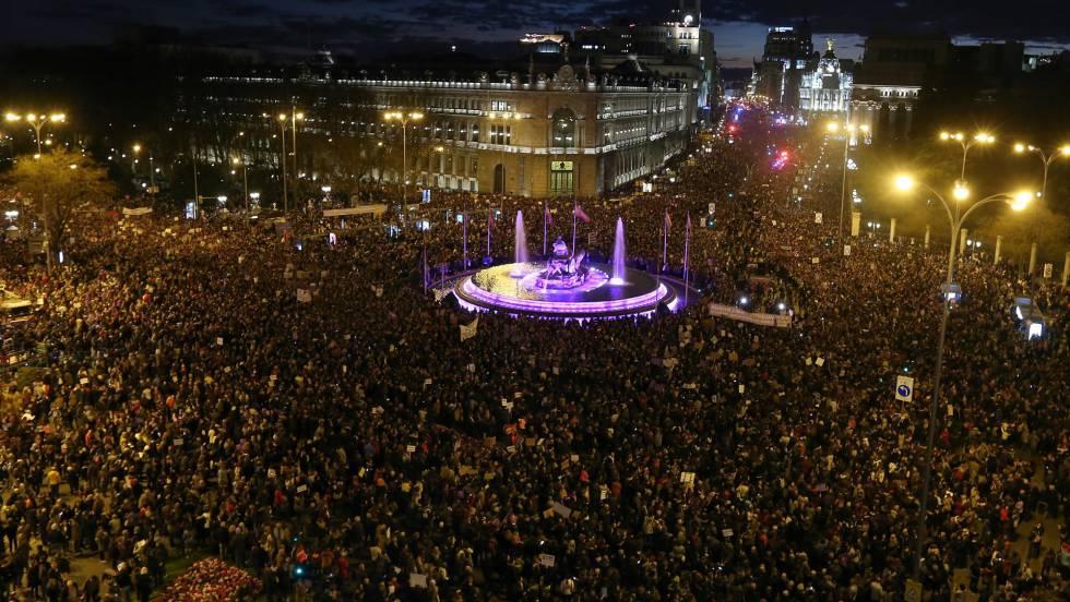 """Мадридското шествие на жените заля и площад """"Сибелес"""" вечерта на 8 март. Фонтанът в средата бе осветен в лилавия цвят на феминизма. Снимка: El Pais"""