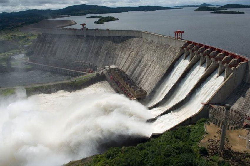 """Стената на язовира Ел Гури, чиято енергия зарежда авариралата ВЕЦ """"Симон Боливар"""". Снимка: El Carabobeno"""