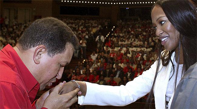 Уго Чавес приветства Наоми Кембъл в Каракас през 2008 г. Снимка: albaciudad