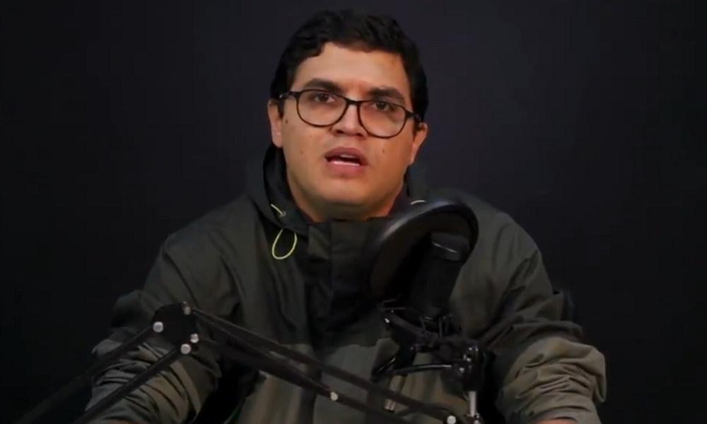 Луис Карлос Диас по време на един от радиокоментарите си. Снимка: Туитър