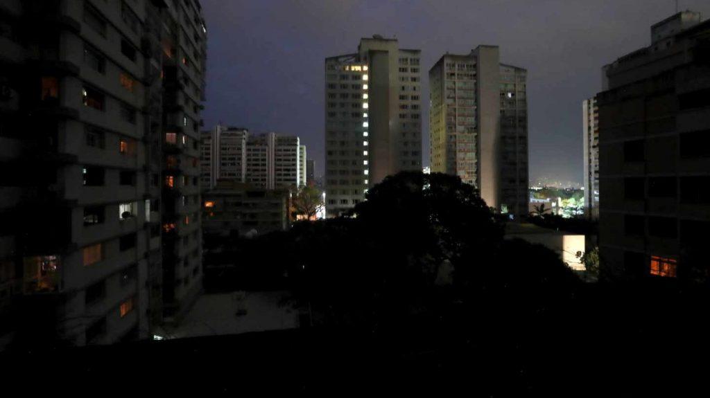 """В нощта на 7 март след кибератаката по ВЕЦ """"Симон Боливар"""" и спирането на тока на две трети от внесуелската територия в Каракас светеха само сградите със собствени генератори. Снимка: EFE"""