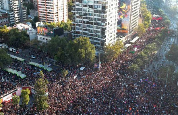 Около 400 000 души участваха в осмомартенското шествие в чилийската столица Сантяго. Снимка: Resuman Latinoamericano