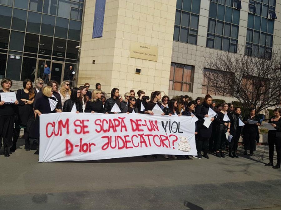 """""""Господа съдии, как се измъква човек от изнасилване?"""", питат протестиращите в Букурещ жени Снимка: Мария Чернат"""
