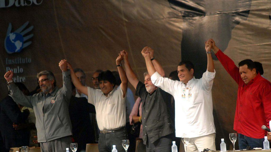 """Част от президентите от """"лявата вълна"""" в Латинска Америка, на които е посветен филмът """"На Юг от границата"""". Отляво надясно: Фернандо Луго (Парагвай), Ево Моралес (Боливия), Лула да Силва (Бразилия), Рафаел Кореа (Еквадор), Уго Чавес (Венецуела). Снимка: Resumen Latinoamericano"""